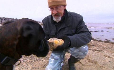 英国老人的爱犬为他找到的宝贝,加工后成为女人的追捧的对象