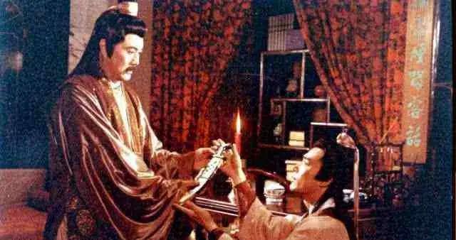 1991年内地导演拍了一部大尺度《七星碧玉刀》,改编自古龙原著