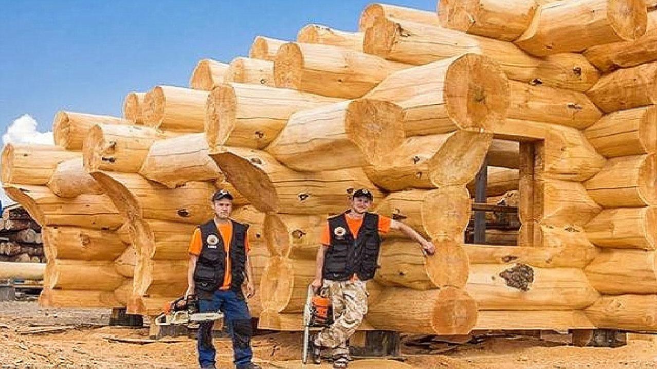 一根根木头怼在一起,太喜欢这样的建房风格了,有钱也这么来一栋