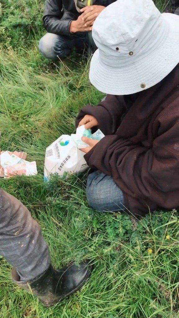 卖了几十头牦牛,这位藏族朋友不认卡,不认微信支付宝……