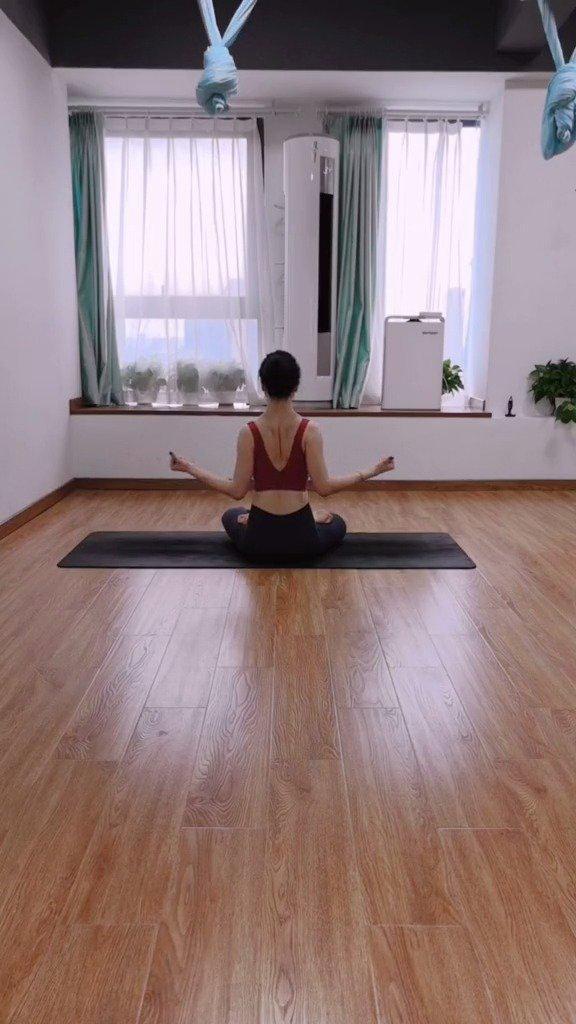 想瘦背,瘦手臂的,消除副乳的,改善圆肩的。多做这三个动作