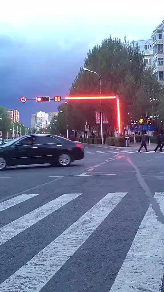 这款红绿灯应该全国推广,或许可以避免很多事故发生