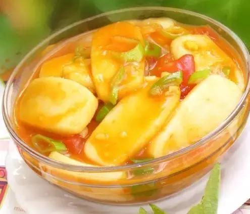 家常菜推荐:红萝卜薯仔猪骨汤、番茄炒年糕、泡菜炒五花肉的做法