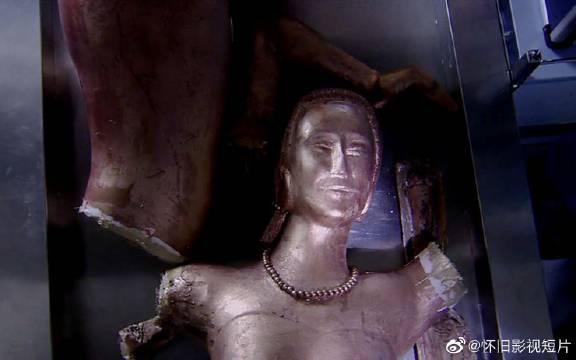 女铜像不小心被打碎,才发现是用真人铸造,工人们吓坏了!