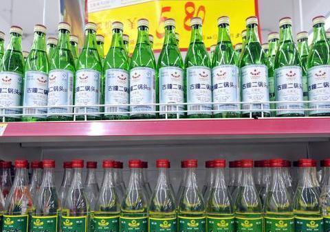 """白酒越贵越好?这4款简装""""良心酒"""",放在货架底层,老酒鬼才懂"""