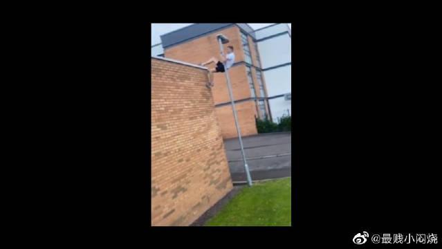 球场旁的屋顶,爬上去会有意外收获。。别人去打球你去进货