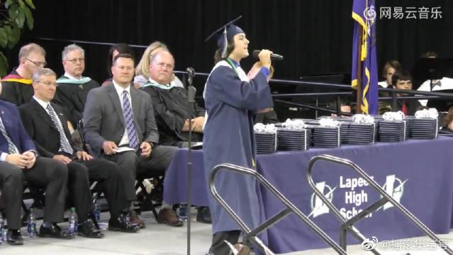 开口跪!!毕业生毕业典礼上演唱《7 Years》 唱到最后全场起立