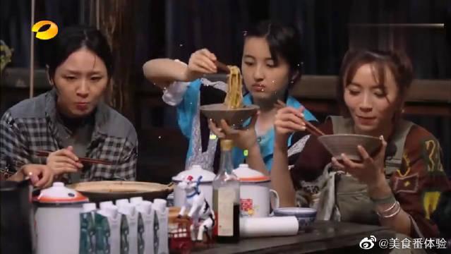 黄磊的葱油拌面绝了,张子枫吃掉半盘,彭昱畅连吃三碗!