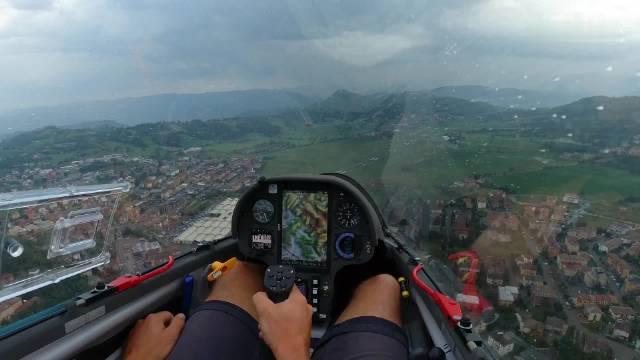 雨中驾驶滑翔机,绝美视角~