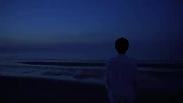 王源《四百击》幕后全纪录上线~ 海边湿身奔跑、玩沙子……