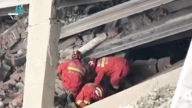 现场曝光!哈尔滨仓库坍塌9人被困已致4死 消防员钻进废墟中搜救
