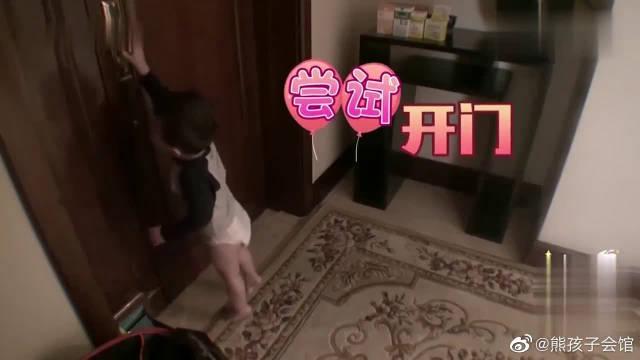 爱登打不开门,突然出现的手,吓得爱登一屁股蹲到地上!