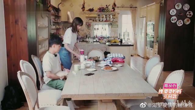 林志颖为妈妈准备一条小狗当礼物~ 感觉妈妈十分喜欢!