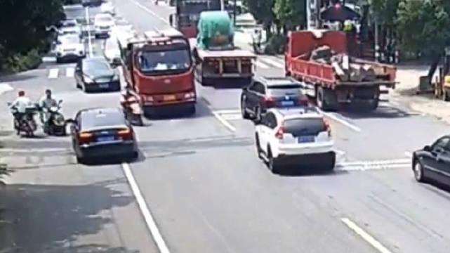 探讨一下,电瓶车躲避逆行小轿车险遭大货车碾压。这起事故里……