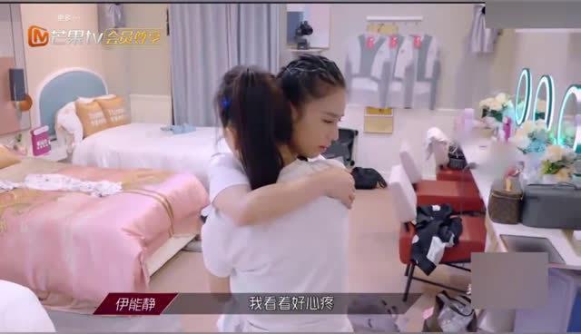"""顶着一身疲惫训练结束后的@黄圣依 突然被姐姐@伊能靜 的一句""""值得吗"""""""