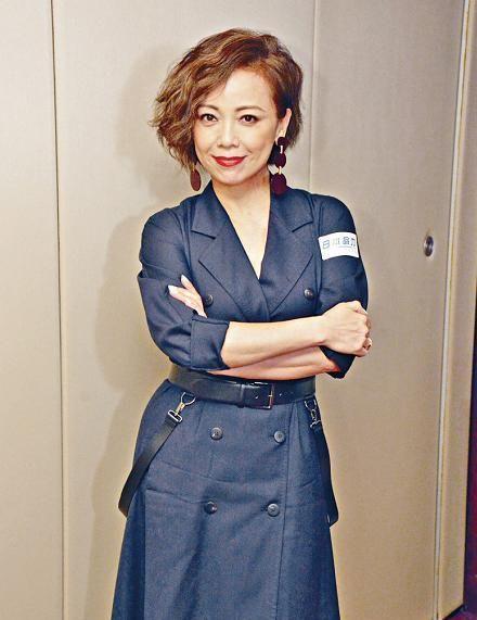 邓萃雯真的54岁了?穿藏青色西装连衣裙配短发,这状态顶多40岁