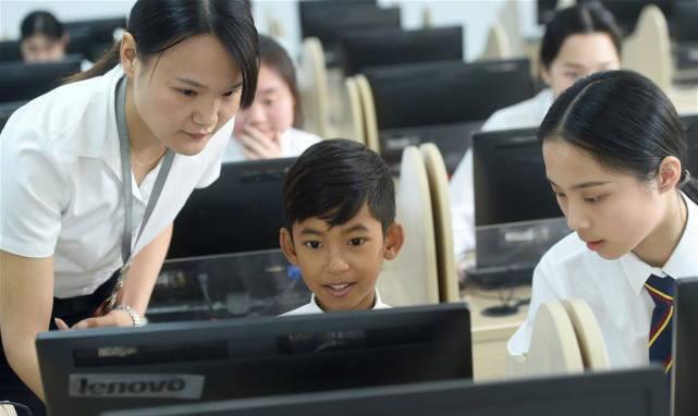 """柬埔寨语言""""小天才""""逆转人生,拍片分享校园生活:很爱中国"""