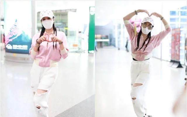 钟丽缇哪有年过半百的样子,穿粉色外套扎小辫,这活力比少女还强