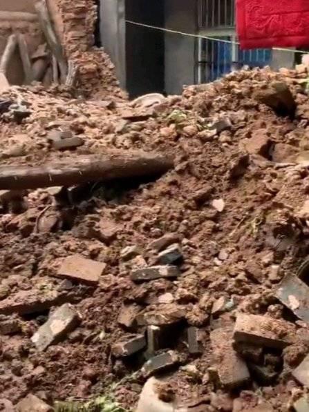 8月3日下午一场暴雨来袭,造成孟津县长华村一户居民房屋坍塌……