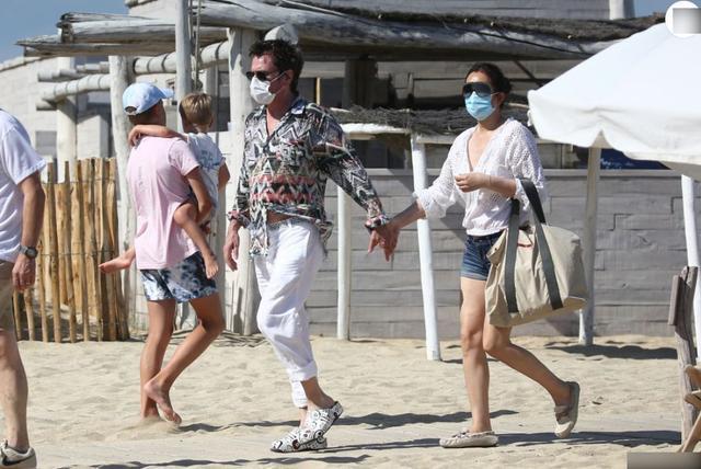 巩俐和老外老公十指相扣逛海滩,大V领秀性感,71岁老公状态不错