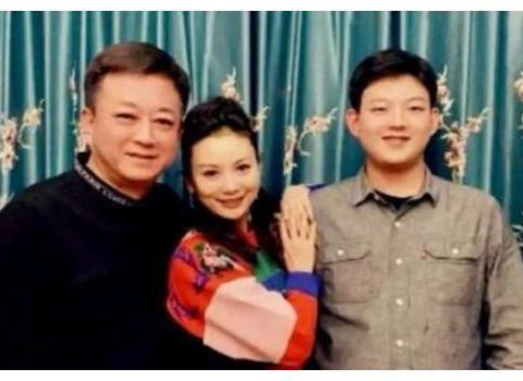 朱军一家三口合照曝光,和年轻妻子像两辈人,18岁儿子身高超老爸