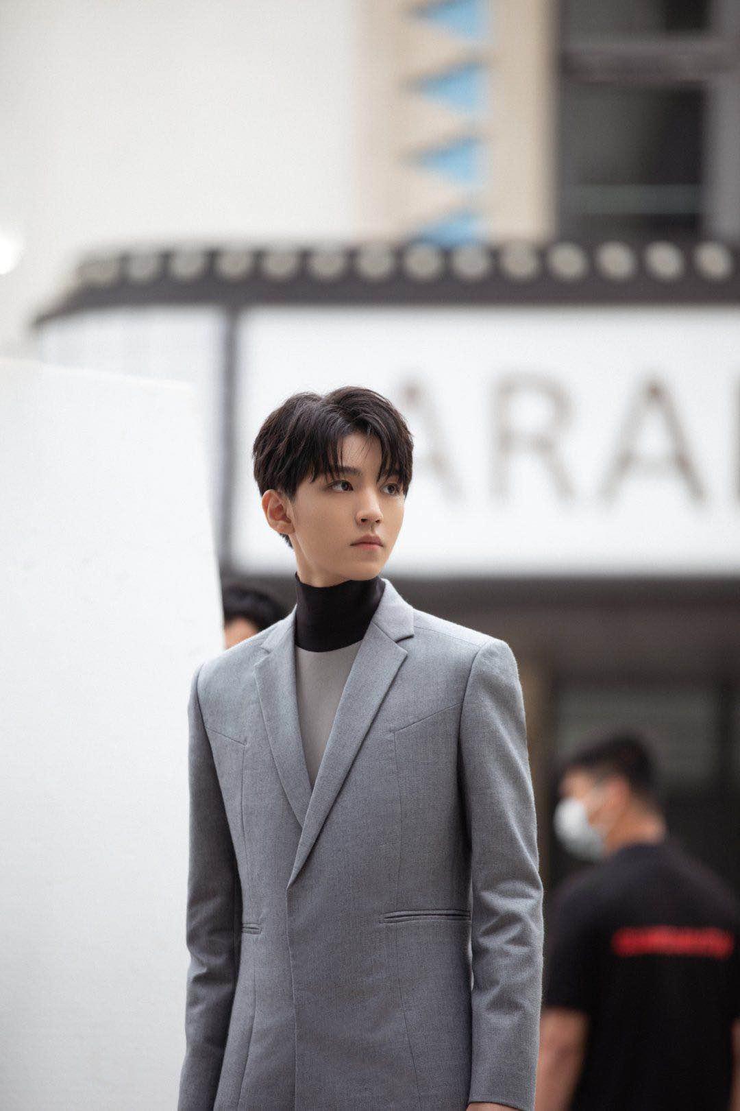 王俊凯灰色西装套装内搭高领打底衫,高级的冷色系