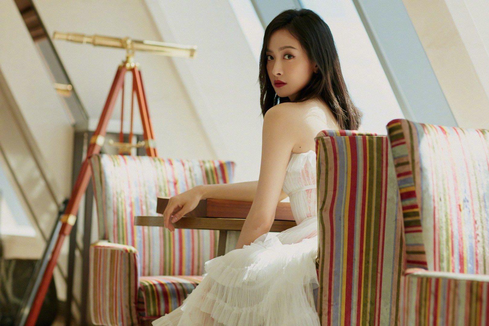 宋茜白色纱裙造型,梦幻网纱突显身姿轻盈优雅,肩颈锁骨线条分明