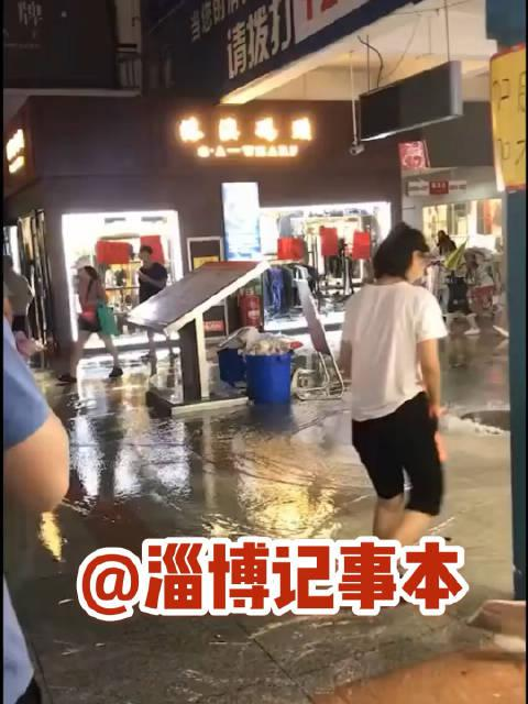 """张店义乌小商品城这井盖因为下大雨发脾气———""""井喷""""了"""
