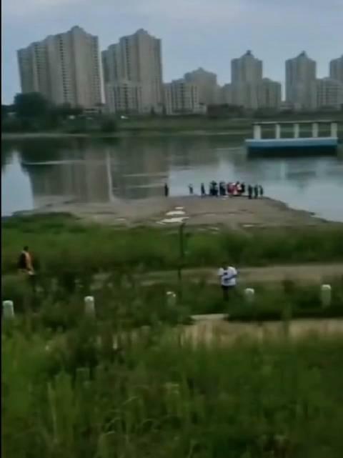 昨天下午4点多,吉丰东路万科城对面松花江边,四人下水游泳……