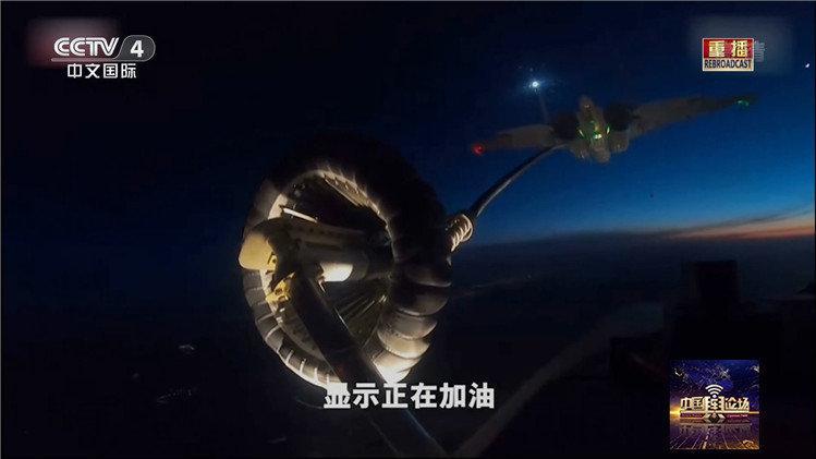 """航母作战全天候!歼-15首秀夜间""""伙伴加油"""""""