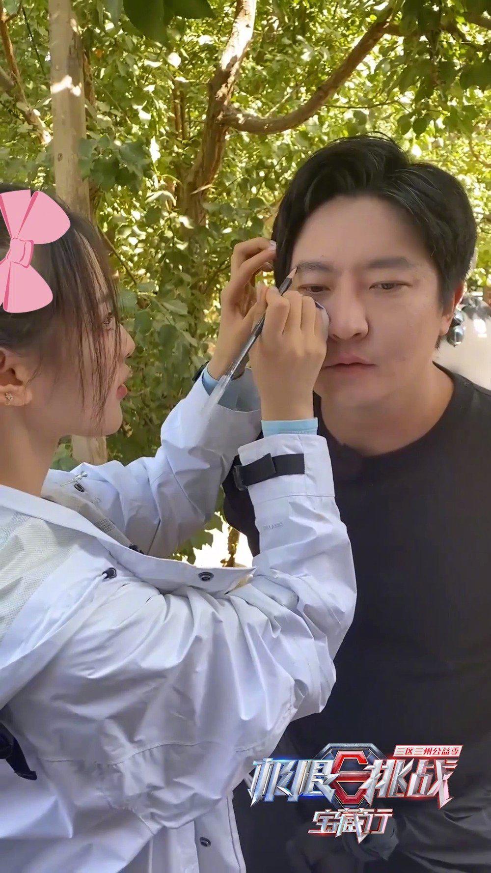 听说@郭京飞 需要补妆?的百万化妆师@杨超越 这就上线!
