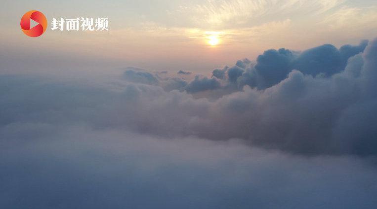 """山东荣成现云瀑奇观 航拍雨后云海倾泻成瀑宛若""""人间仙境"""""""
