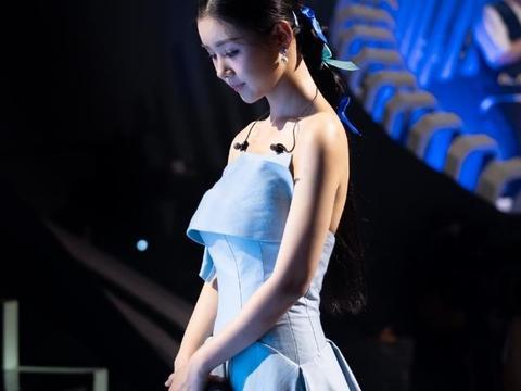 35岁李小萌又变美了,穿抹胸长裙大秀身材,低头间很有少女气息