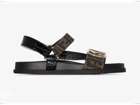这双Fendi印花凉鞋,低调中透出高级感!