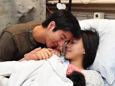 王力宏妻子晒给宝宝哺乳照片,母爱尽显,网友直呼:好温情啊