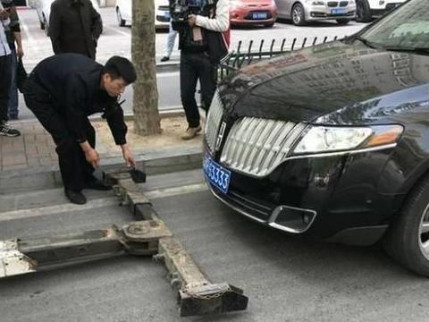 200万凯迪拉克乱停车,交警刚打算拖车,却大喊:快停手!