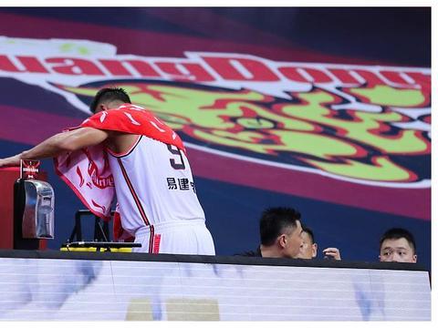 这才是篮球一哥的实力!易建联打出国际水准,青岛男篮哭了