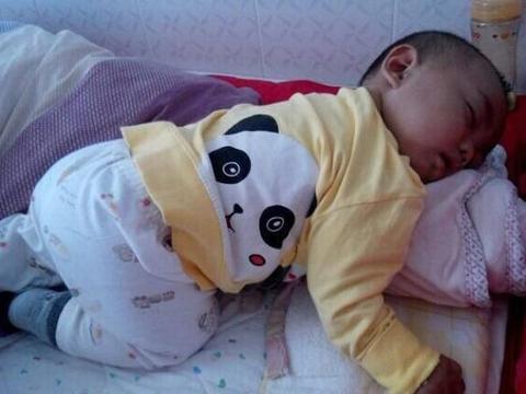 """带娃睡觉总被""""踢醒"""",孩子睡觉爱""""打把式""""?多半有4个原因"""