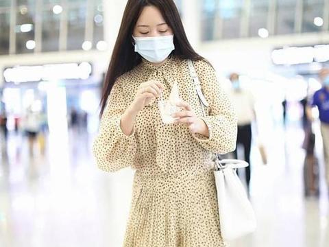 """杨钰莹不愧是""""冻龄女神"""",穿波点裙气质好绝,年轻感不输零零后"""