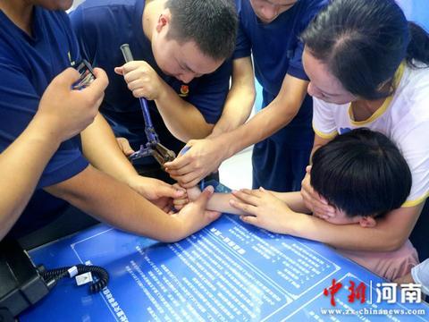 河南许昌:4岁淘气男童手指被卡杯盖 消防队员顺利实施救援