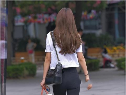简单白T搭配黑色小脚裤,质感清薄,舒爽透气