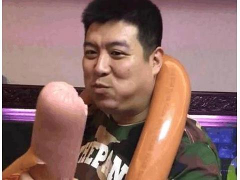 小伙向大家展示巨无霸火腿肠,总觉得哪里怪怪的!