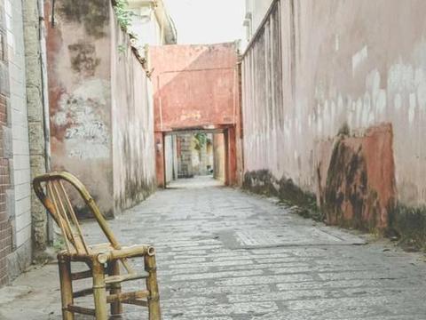 福建极平凡的老街,街道呈三角形态,闽南特色十足