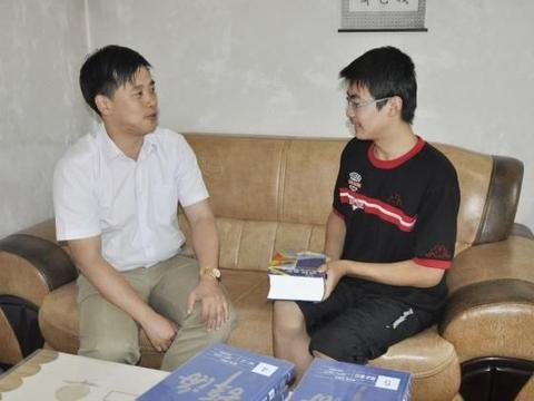 他是甘肃高考状元,高考前就被保送清华,中状元后还可以任选专业