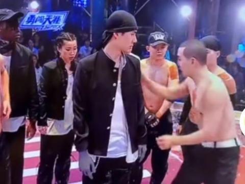 """王一博《街舞》新造型曝光!首次挑战""""头巾"""",疑似在水池里跳舞"""