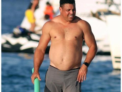43岁大罗带小15岁女友度假,挺大肚子跳水一脸嫌弃 已做绝育手术