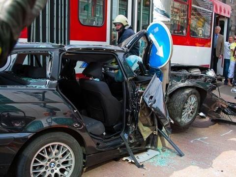 宝马女司机油门当刹车,同时撞上电杆和电车后被卡中间