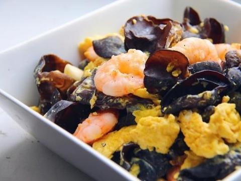 鲜虾木耳滑蛋,红烧千页豆腐,茄汁小瓜 ,布衣尖椒兔的做法