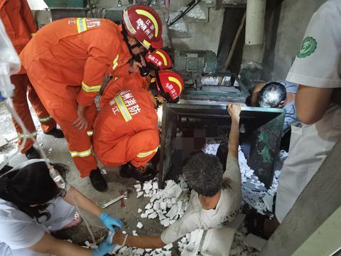 温州一操作工竟然用脚推泡沫 被粉碎机夹住 消防紧急救援