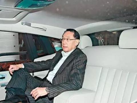 他从欠债3亿到身价百亿,花1300万买车牌,今宁可走路也不坐奔驰